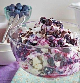 Blueberry mascarpone mug with meringue and chocolate   – Lecker