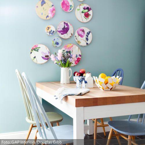 In Blautönen gestrichene Holzstühle und Keramik an der Wand. Schöne Frühlingsideen findet ihr auf www.roomido.com