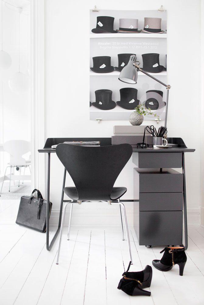 Overtime serien från Voice har en enkel och ren design med  era genomarbetade detaljer. Serien består av bord och förvaring. Bordet finns i 2 olika storlekar, med eller utan sarg. Skrivbordet med sarg har en smart öppning för kablage, för t.ex. din lampa eller dator. Som tillbehör  finns en matchande låda till bordet. Förvaringsdelen består av en liten hurts på hjul som passar perfekt till skrivbordet samt byrå och förvaringsskåp. Byrån finns i 2 storlekar. Hela serien går att…