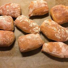 Tämä on kiistatta paras koskaan kokeilemani vaalean leivän resepti. Sämpylät onnistuvat aina ja niiden tekeminen on miellyttävän vaivatonta....