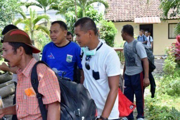 Delapan Warga Kabupaten Malang Terus Jalan Kaki ke Jakarta https://i1.wp.com/malangtoday.net/wp-content/uploads/2017/04/IMG-20170402-WA0011.jpg?fit=599%2C400&ssl=1 MALANGTODAY.NET– Delapan orang nekat berjalan kaki dari Malang ke Jakarta untuk bertemu Presiden Joko Widodo. Sebelumnya sejumlah pihak berusaha membujuknya agar tidak melanjutkan niatnya. Camat Sumber Manjing Wetan, Agus Harianto mengatakan, pihaknya telah berusaha semaksimal mungkin... https://malangtoday