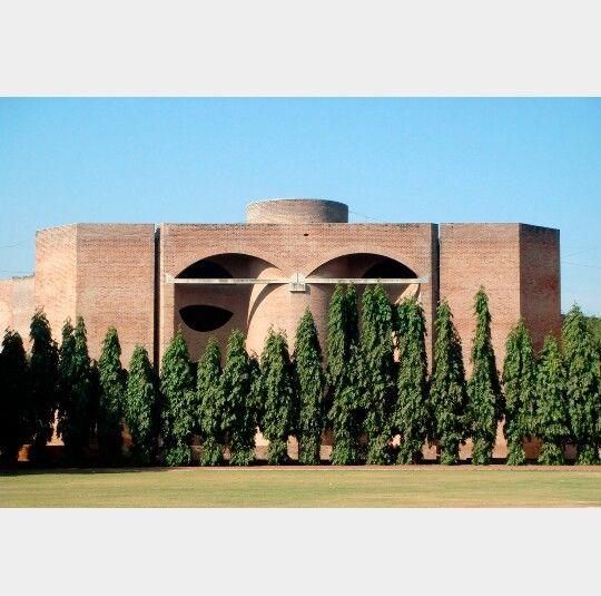 Instituto Hindu Arquitecto:Louis Kahn Arquitecto Asociado:Balkrishna Vithaldas Doshi,Anant Raje Construido en:1962–1974 Ubicación:Ahmedabad, Gujarat, India