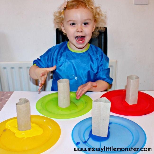 2D tvar malování činnost pro batolata a děti v předškolním věku.  Naučte tvary a barvy pomocí tvaru známky vyrobené z toaletního papíru trubek.  Snadný DIY dárek zabalit nápad pro děti.