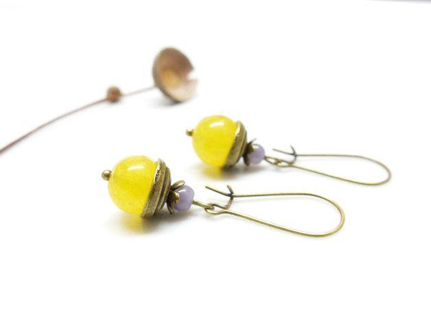 100% fait main.   Jolie paire de dormeuses rétro.   Perle ronde en pierre semi précieuse d'agate jaune (10 mm), coupelle ronde (10 mm) & fleur (6 mm) en métal couleur bronze. Petite perle  en...