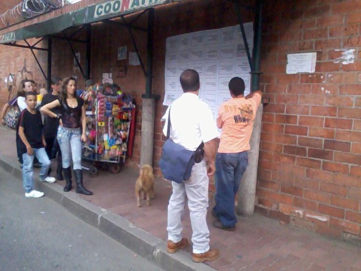 Iniciativa ciudadana de pegar las frases en lugares visibles. Campaña de masculinidades de El Diván Rojo en Copacabana, a propósito del día del hombre. Viernes 16 de marzo – 9 am a 9 pm
