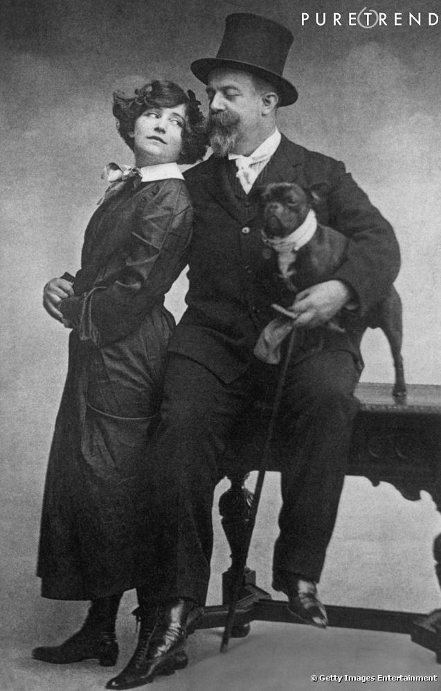 En 1900, l'écrivain Colette pose avec son mari Willy, vêtue de la fameuse blouse d'écolière à col rond pour son roman  Claudine à l'école.  Depuis, le col porte ce prénom.