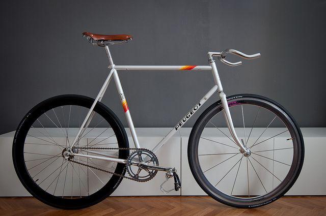 Vintage Peugeot Bike                                                                                                                                                                                 Más