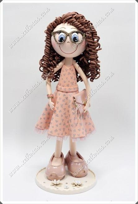 Fofucha personalizada con vestido de fiesta  con mariposas pintadas a mano, su bolso, tacones, gafas y su peinado rizado.  Todas mis muñecas están registradas y está prohibida su copia.  www.xeitosas.com