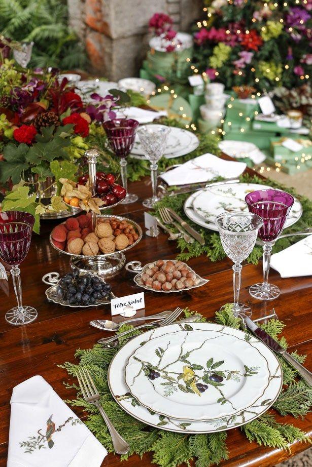 Folhas embaixo do prato de cada pessoa. Berries e nozes de todos os tipos.