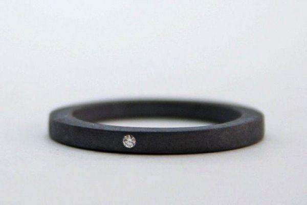 anillo de compromiso negro