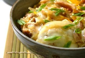 O oyakodon consiste em uma tigela de arroz coberta por frango, ovos e um suculento molho à base de shoyu e saquê.