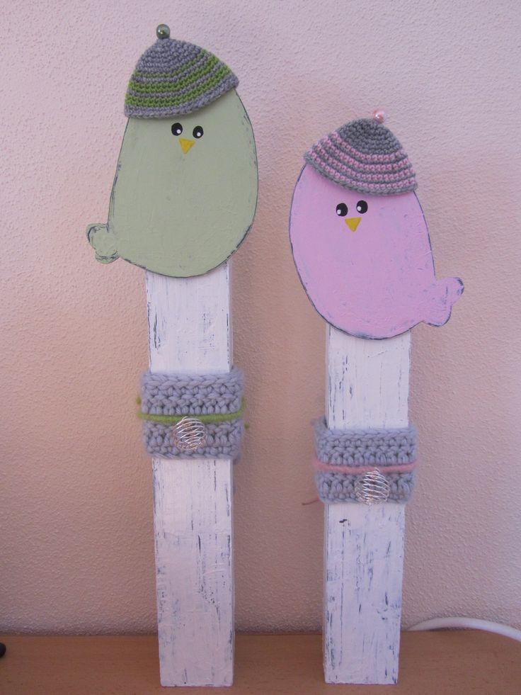Holzpfosten Vögel mit Häkel-Deko / Wooden Block Birds Crochet