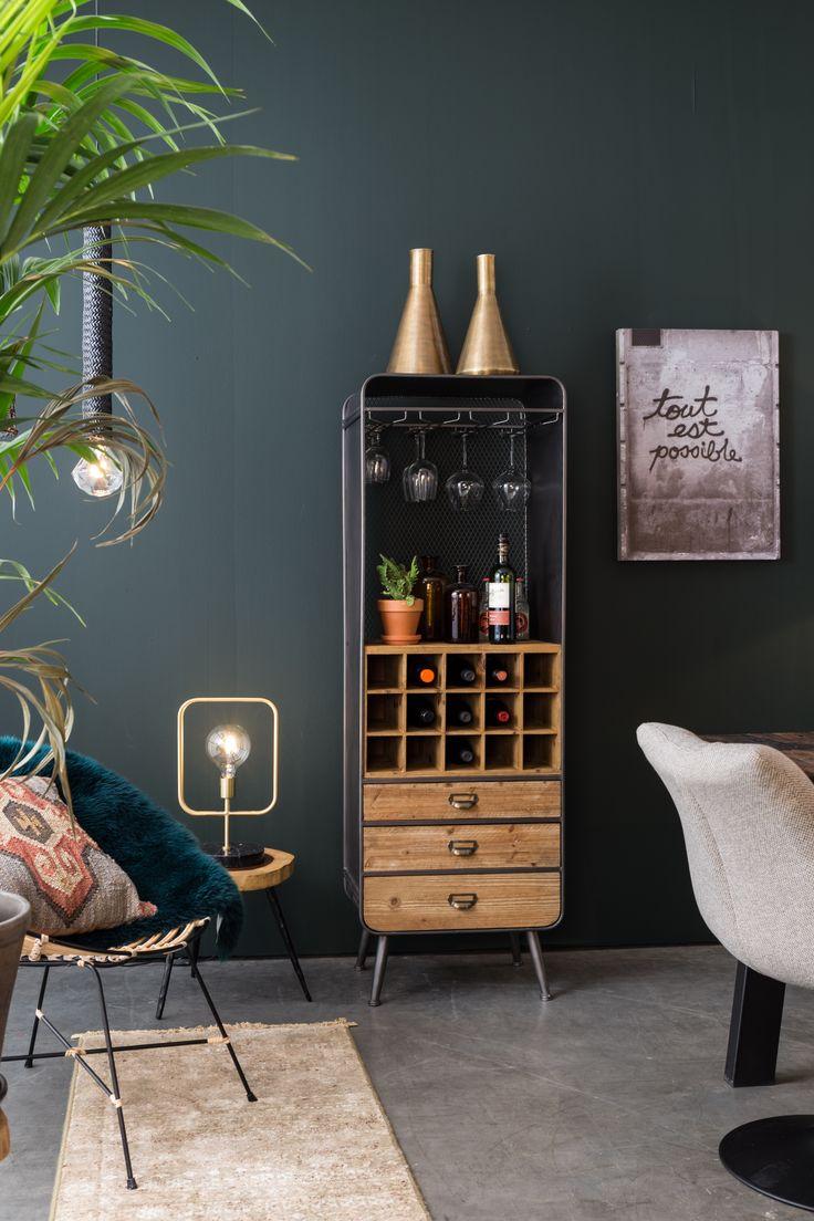 Deze wijnkast is perfect voor iedere wijnliefhebber! Een vintage wijnkast met mooie wijnvakken, ladekast en wijnglazenhanger in een!