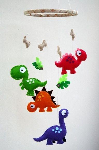 Este lindo móbile de berço com o tema Dinossauros é encantador e perfeito para decorar o espaço do bebê! Os enfeites do móbile são um ótimo estímulo visual para o bebê, auxiliando no seu desenvolvimento.    O móbile possui as seguintes características:  - 4 dinossauros coloridos, 4 ossinhos e 2 c...