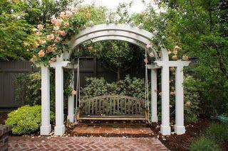 APROAPE DE PRIETENI: Un plus de relaxare în grădina taUn leagăn în grăd...