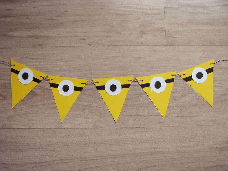 Banner de stegulete realizate manual din carton colorat, personalizate cu elemente de petrecere tematica Minions  Bannerul este format din 10 stegulete si are lungimea de aproximativ 1 m