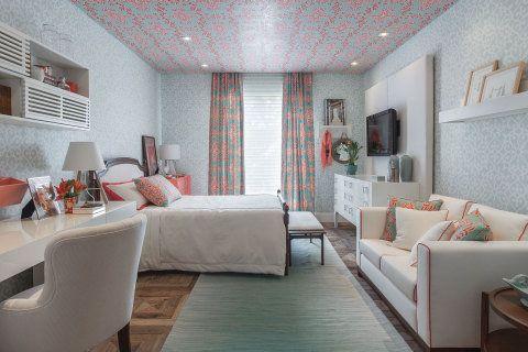 """Maria Brasil assina um quarto para um apartamento de uma jovem solteira. """"Foi pensado um espaço para receber e estudar e outro para relaxar e assistir. A partir daí o layout foi desenvolvido com sofá, escrivaninha e cômoda para TV. Usamos cores alegres e aconchegantes com uma atmosfera bem feminina"""", ela conta."""
