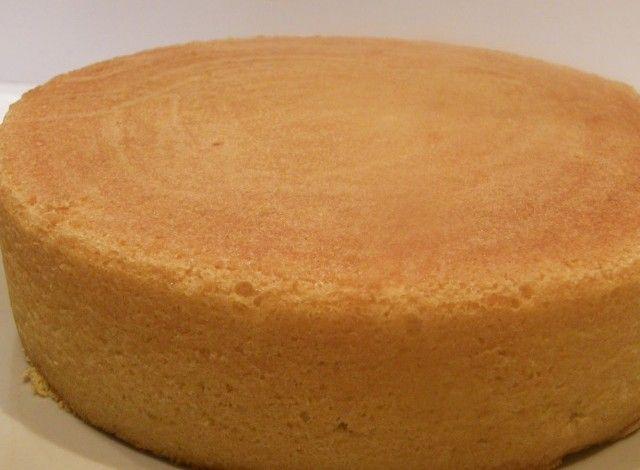 Questa ricetta di Pan di Spagna ha il pregio di essere più umida rispetto ai Pan di Spagna tradizionali che non prevedono l'aggiunta di latte e/o burro. La ricetta, nonostante sia un po' più lunga ed elaborata da preparare, conferisce un risultato davvero eccezionale in termini di gusto e leggerezza. 150 grammi di Zucchero 200 grammi di Farina 50 grammi di Burro 100 millilitri di Latte intero 1 cucchiaio da tè di Buccia di limone, gratuggiata 4 Uova 8 grammi di Lievito per dolci