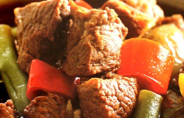 Hidangan khas Semarang Jawa Tengah ini rasanya nano-nano: manis, pedas dan asam bercampur jadi satu. Kekenyalan daging sengkel yang dipadukan asam jawa yang meresap mantap di dalamnya, dengan pedasnya cabe dan manisnya Kecap Bango - nikmaaaaat! Resep ini pas dijajal di akhir pekan.