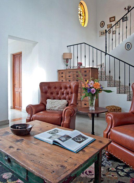 En el centro de la escena una mesa r stica dos sillones - Mesita auxiliar sofa ...