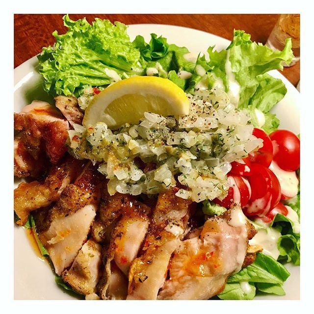 9/22金#27crazyforce オープン🍺 昨日のまかないのグリルチキンサラダ🥗玉ねぎたっぷりの手作りドレッシングで旨かった😋 最近は炭水化物じゃなくて、タンパク質とビタミンとかでカロリーと栄養を摂るようにしてる😚 ・ #まかない #chiken #糖質制限 #肉 #27paradisecafe #ギューギューmasa #27mcm #wonderbowl #渋谷 #shibuya #instafood #party #カフェ #cafe #bar #dinner #japan #27 #クッキングラム #open #foodpics #マタニティ #妊婦 #pregnant
