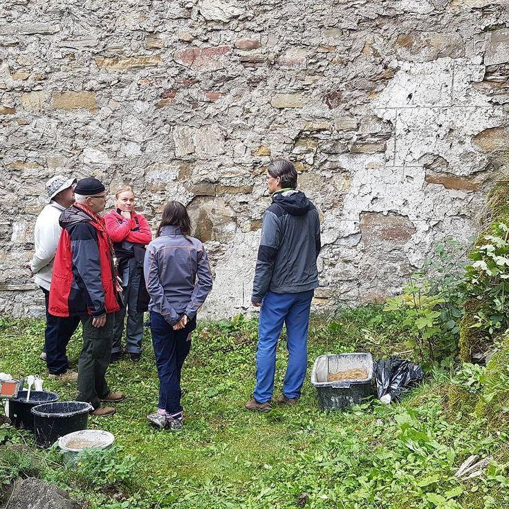 Na hrade Likava v ramci Letnej skoly remesiel konzervujeme historicke omietky. #letnaskola #remesla #likava #nasaobnova