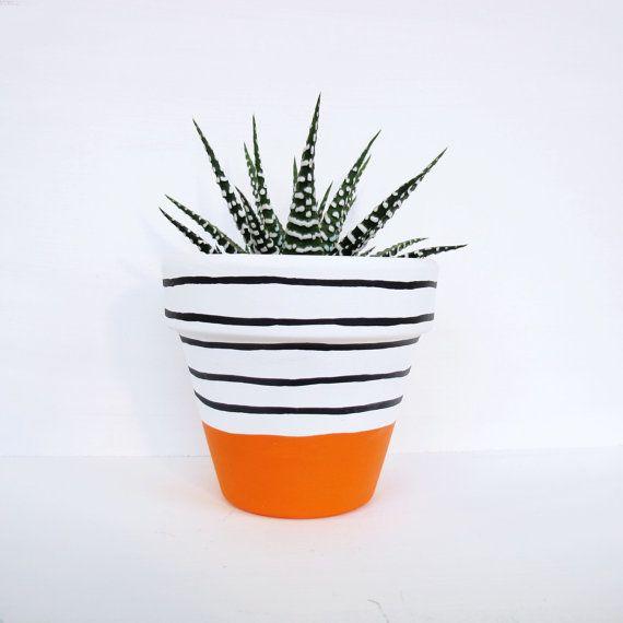 Une main peinte cache-pot avec un dessin de bande orange vif. Étanche à leau et la protection contre les UV.  Mesures 11cm haut, 11cm de