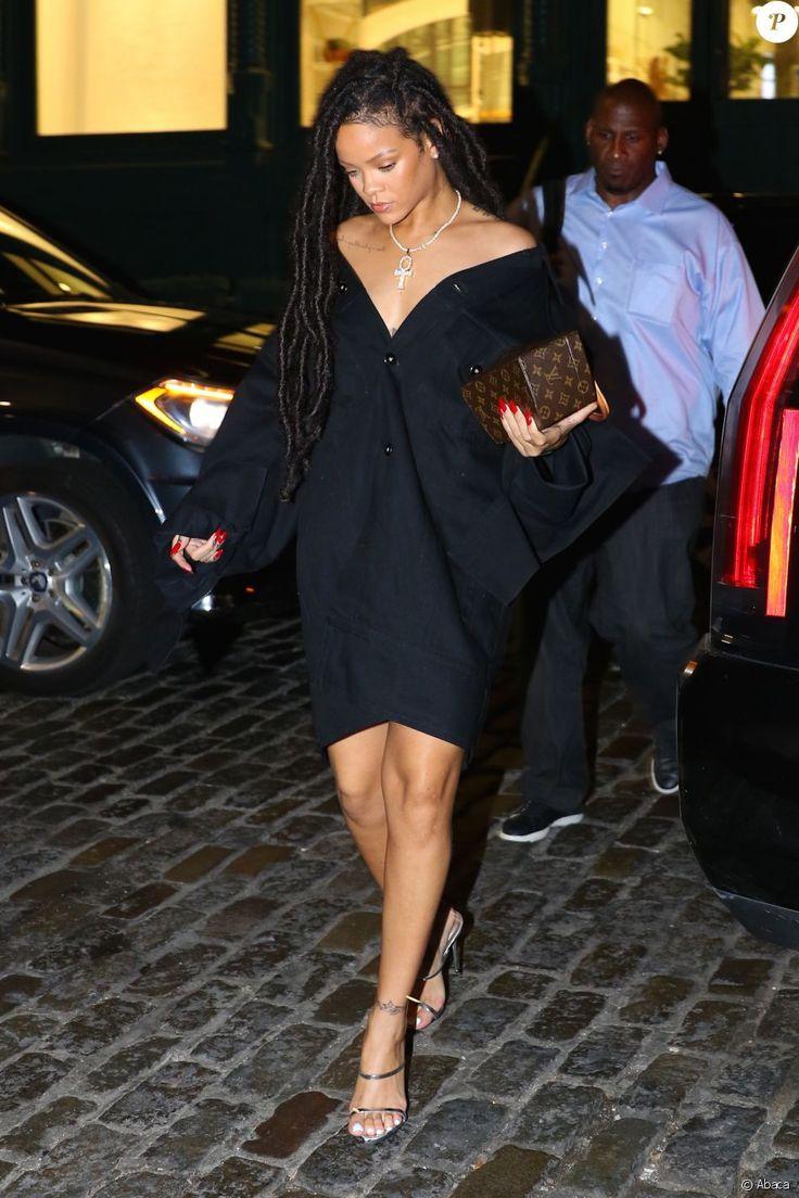 Rihanna porte une veste bleu nuit Matthew Adams Dolan, collection automne-hiver 2016, une Twisted Box de Louis Vuitton imaginée par l'architecte Frank Gehry et des sandales argentées. New York, le 7 octobre 2016.