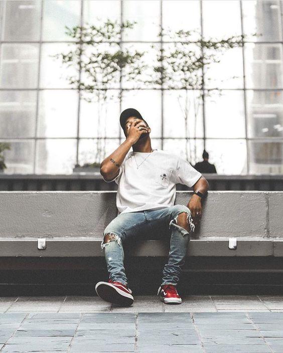 Look Réveillon 2018. Macho Moda - Blog de Moda Masculina: Looks Masculinos para o RÉVEILLON 2018: 33 Dicas de Visual para a Virada do Ano. Moda para Homens, Roupa de Homem Réveillon, Roupa de Homem Réveillon 2018. Camiseta Branca, Calça Jeans Rasgada, Vans Old Skool Vermelho