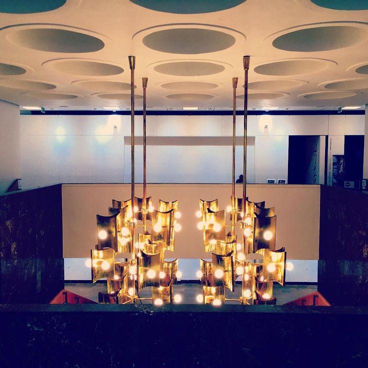 Żyrandol. #beksinskinck #nowohuckiecentrumkultury #ncknh #nowahuta #symetry #art #architecture #nh #żyrandol #chandelier #kulturakrk #krakowskakultura