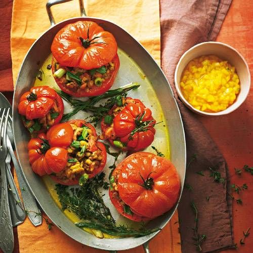 Statt Hack kommt Tempeh (aus Sojabohnen) in die Füllung. Kreiert hat dieses Gericht übrigens Vegan-Profi Nicole Just - wie sie es zubereitet, sehen Sie im Video unter www.brigitte.de/justvegan! Zum Rezept: Tempeh-Tomaten mit Mango-Chili-Salsa