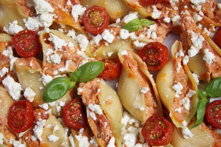 Heerlijk vegetarisch recept met gevulde pastaschelpen! Gevuld met een romig mengsel met geroosterde paprika, artisjok, olijf en feta.