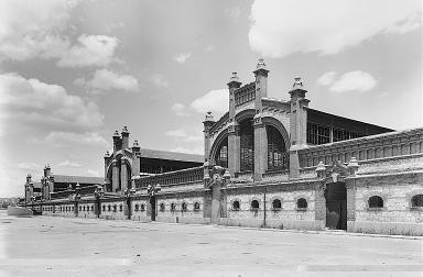El antiguo matadero y mercado de ganados se construyó entre 1908 y 1928 por encargo del Ayuntamiento de Madrid.