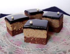 Egy nagyon egyszerű édességet is ünnepivé varázsolhatunk ezzel a csodás, tükörfényű csokiglazúrral.  Hozzávalók 22 x 22 cm-es tepsihez  A ka...