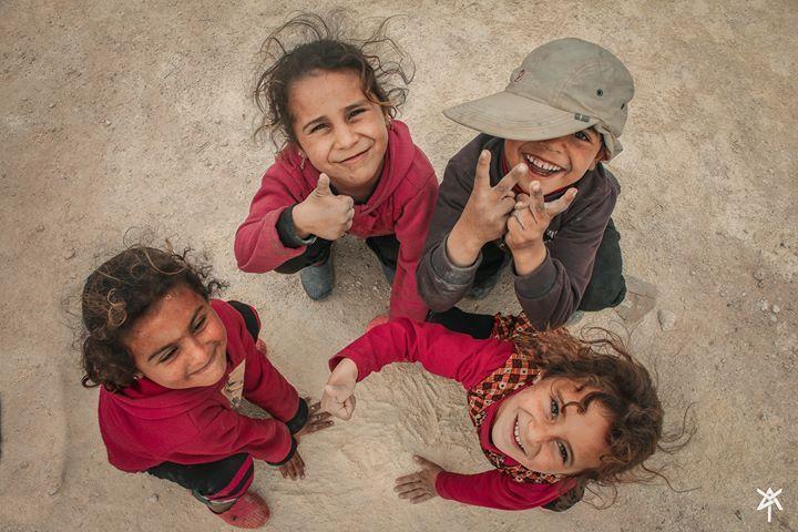 ابتسامة جميلة هي كل ما يحتاجه الأطفال لهزيمة قسوة حياة المخيمات A Wonderful Smile Is What Children Need To Defeat The Camps Cr Couple Photos Violet Couples