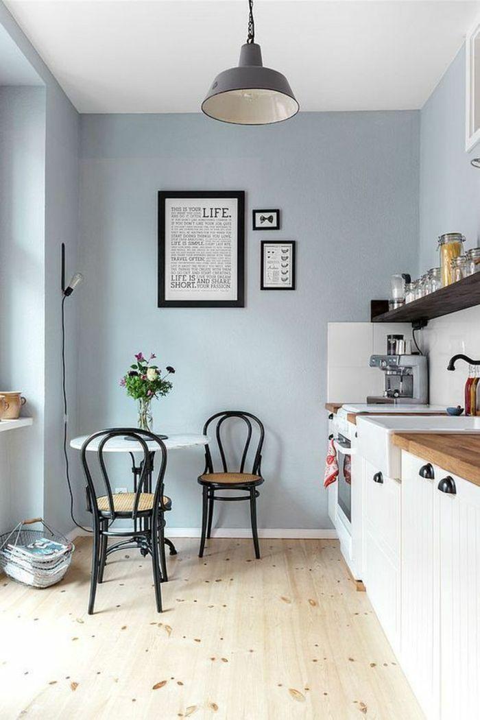 Repeindre Sa Cuisine En Bleu Pastel, Quelle Couleur Pour Les Murs Du0027une  Cuisine, Luminaire Gris Foncé En Style Industriel, Deux Chaises De Bistrot  Noires, ...