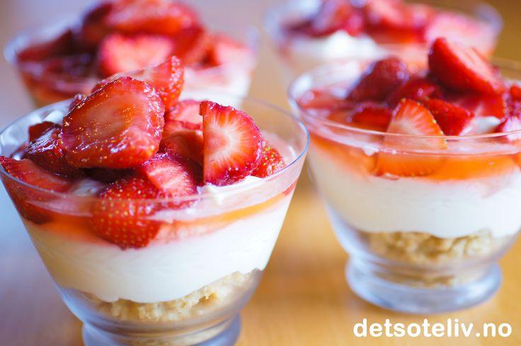 Ostekake er blant de mest populære kakene på Det søte liv, og det er tydelig at dette er en kake mange tyr til når de skal bake tilflere ulike anledninger. Som kos hjemme er det imidlertid ikke alltid passende å lage en hel kake. Her er et godt tips til hvordan man kan lage en deilig ostekake rett i glasset som desserten serveres i. Med jordbær på toppen får desserten en nydelig, sommerlig smak!