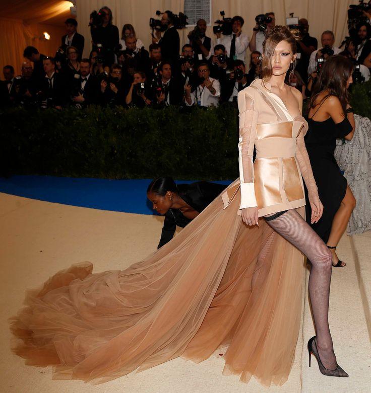 Hadid Vs Jenner, chi sono le sorelle più sexy? Sfida a colpi di tanga al Met Gala 2017