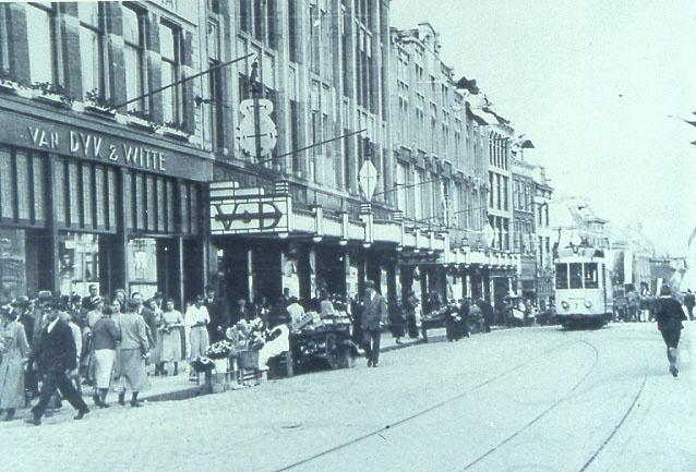 Warenhuis van V aan de zuidzijde van de Grote Markt in de jaren '30.