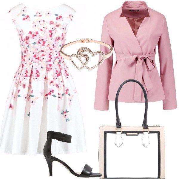 Abito con fantasia floreale, smanicato e con collo tondo, giacca rosa, borsa a mano in finta pelle, sandali neri con cinturino alla caviglia e bracciale in oro rosa con due cuoricini.