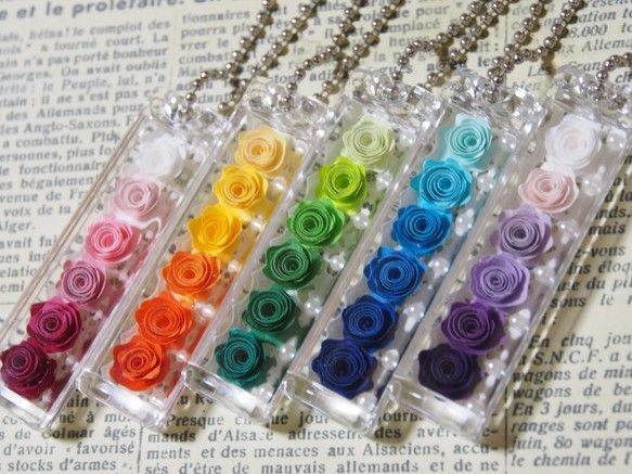 ◆ハマナカ製のアクリルのケースに、タント紙で作った巻きバラを入れたキーホルダーです。◆お色は、ピンク、オレンジ、グリーン、ブルー、パープルです。◆サイズは、幅...|ハンドメイド、手作り、手仕事品の通販・販売・購入ならCreema。