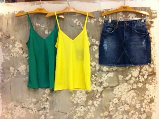 Look completo para torcer pelo Brasil na Copa do Mundo: regata verde, regata amarela, saia jeans.