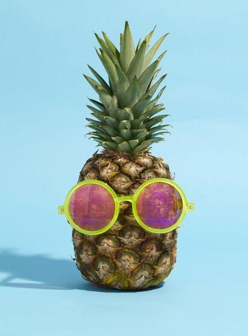 Fond d'écran ananas avec lunettes de soleil sur fond bleu iphone