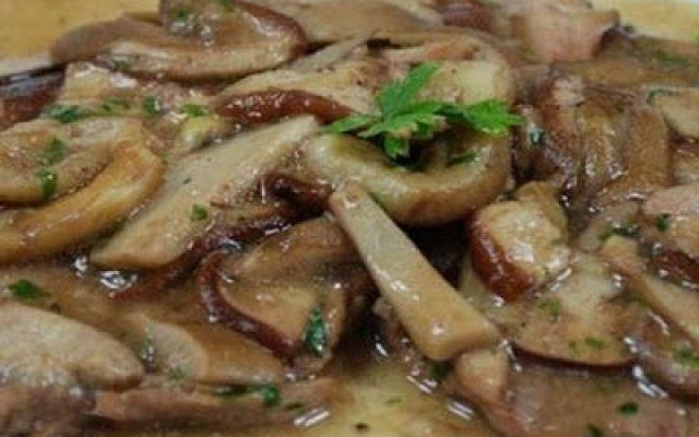 Secondi piatti: costolette funghi e vitello INGREDIENTI:  fagioli freschi 250 gr carote 250 gr un porcino pulito - pomodorini ciliegia 150 gr fette di vitello con l'osso 4 - uno scalogno - prezzemolo tritato - vino bianco secco - bro #ricette #secondi #funghi