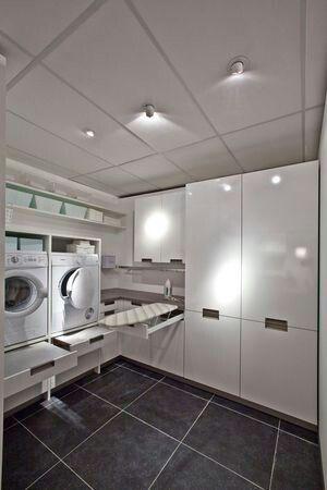 Idee voor een bijkeuken met handige opbergruimte