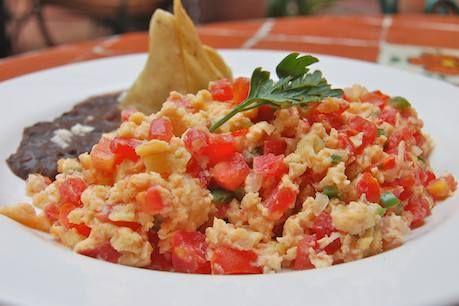 Los huevos a la Mexicana son una deliciosa forma de preparar los huevos revueltos, con jitomate, chile y cebolla.