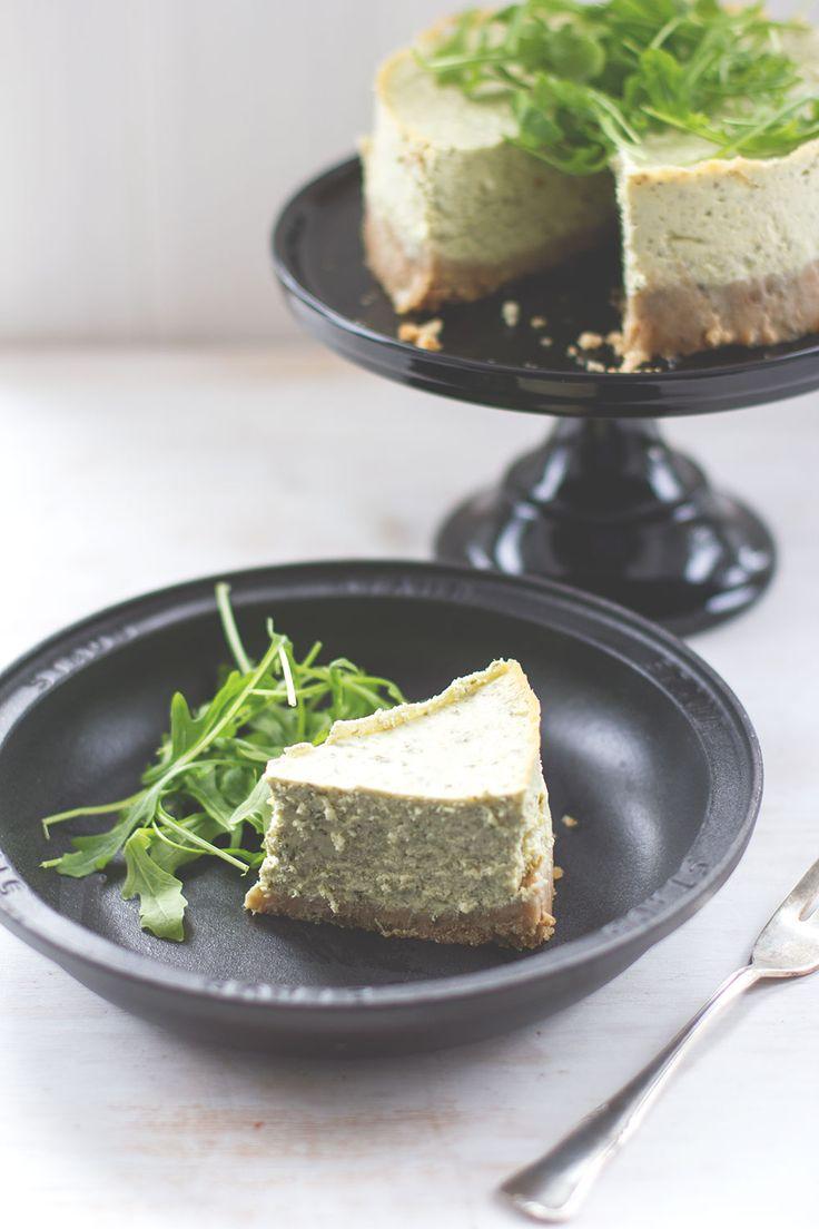 Herzhafter Cheesecake mit Rucola-Pesto und Frischkäse