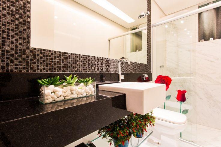 Papel de parede floral confere toque especial ao lavabo