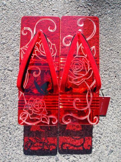 アクリル下駄 Acrylic Geta, Japanese footware  ROBE JAPONICAはデザイナー上岡太郎が手掛けるメンズ着物(きもの)ブランドです。日本の民族衣装「きもの」に現代的ファッション感覚を取り入れ、アクリル下駄をはじめ、かんざしや浴衣などオリジナルデザインを展開しています。