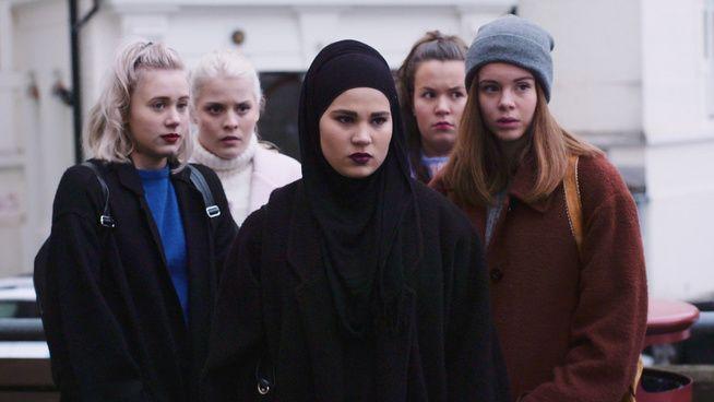 <p>SQUAD GOALS: Det har lenge blitt spekulert i hvem som skal ha hovedrollen i sesong tre av serien SKAM. Fra venstre: Frida Josefine Pettersen, Ulrikke Falch, Iman Meskini, Ina Svenningdal og Lisa Teige.</p>